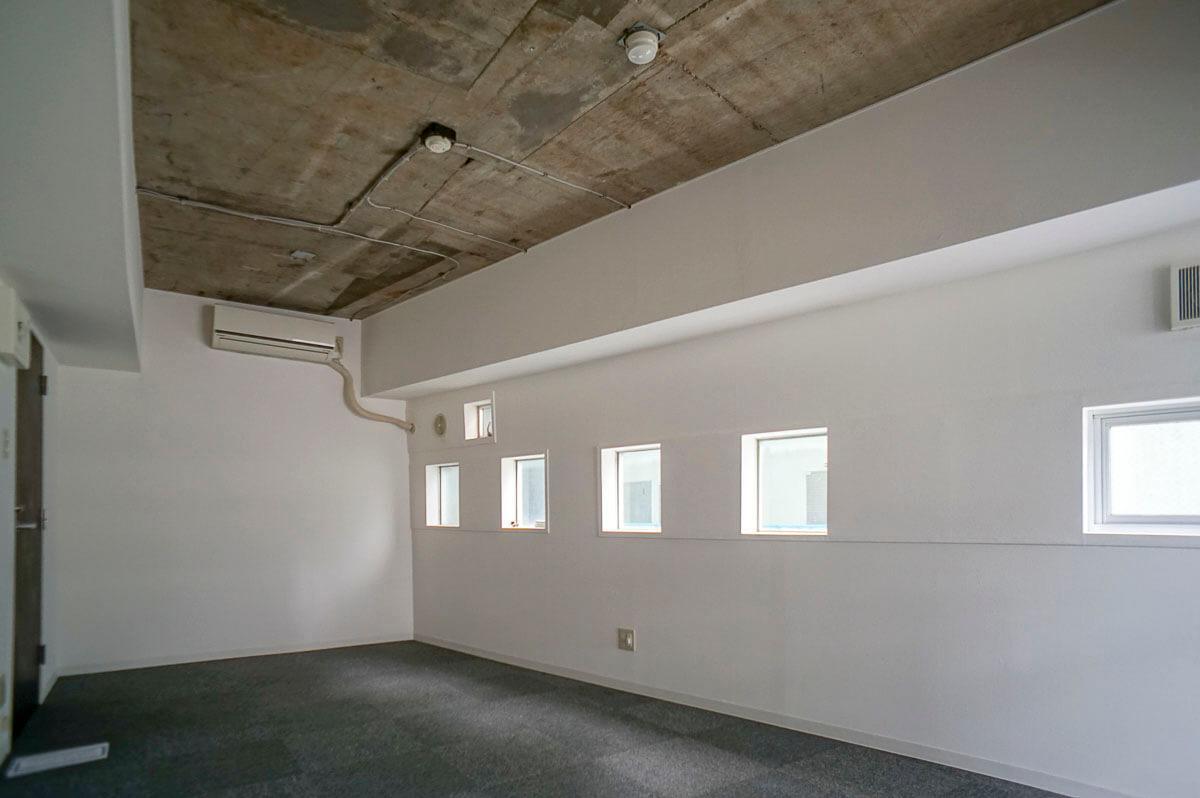 704号室は天井がコンクリートむき出し