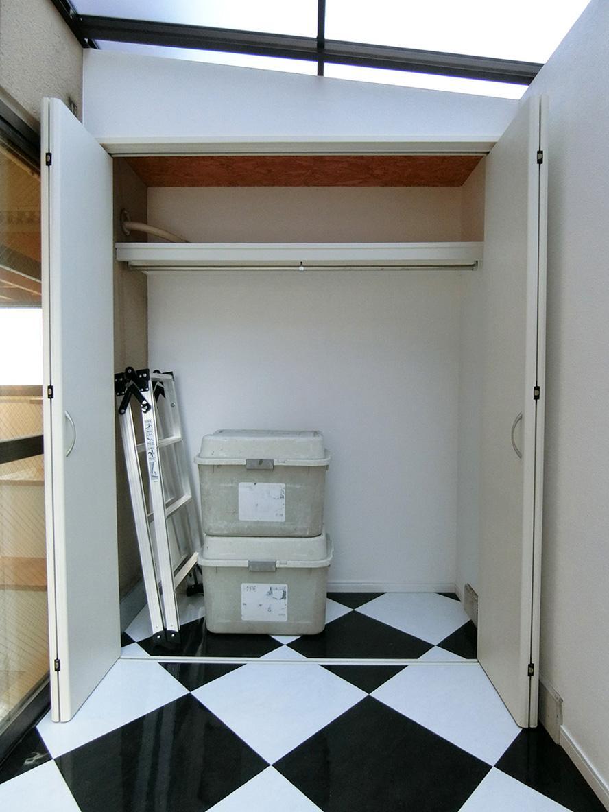 サンルーム内にも収納スペースあり