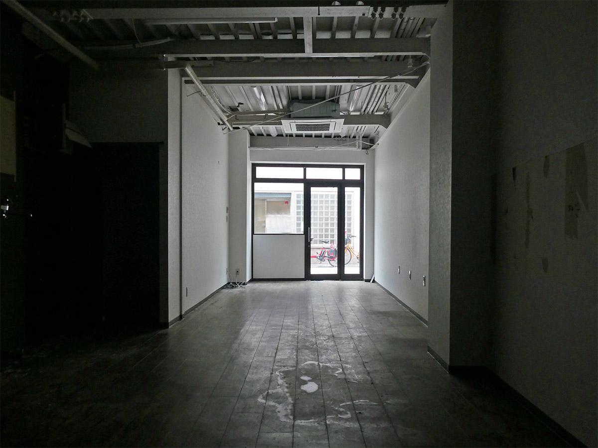 店舗奥から入り口方面の別角度。奥は薄暗いので照明が必要