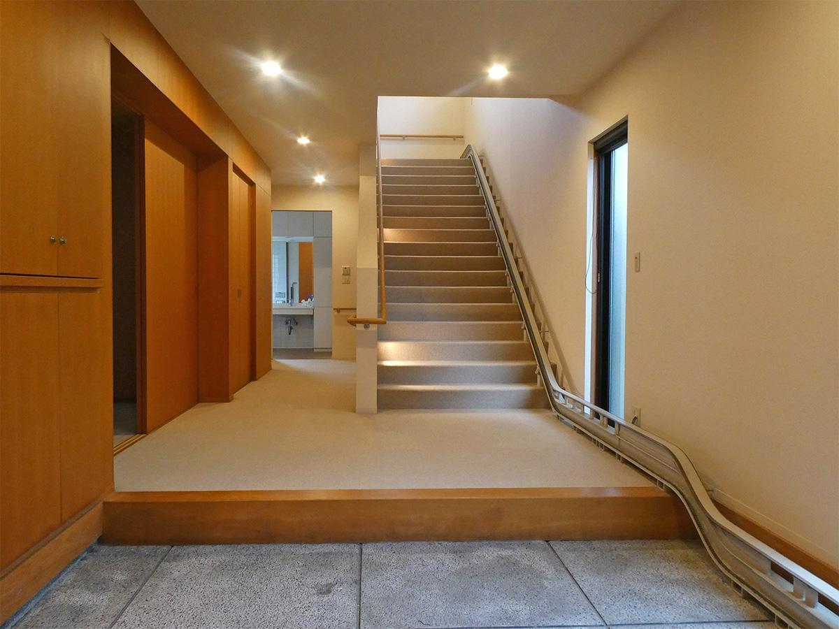 広々とした玄関。右側に昇降機。車椅子の乗り換えもできるサイズ