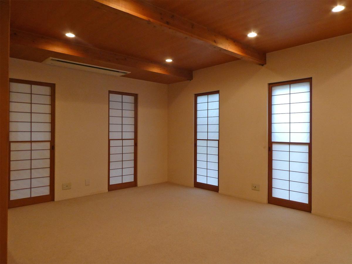 1階のダイニングを別角度から。障子窓からの光が優しい