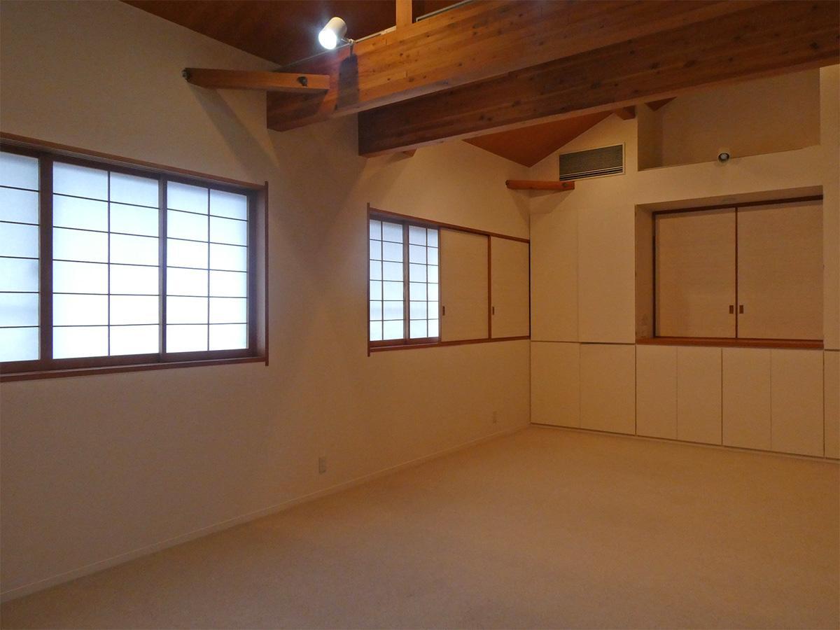 2階洋室を別角度から。窓は障子窓、さらに壁面収納がたっぷり