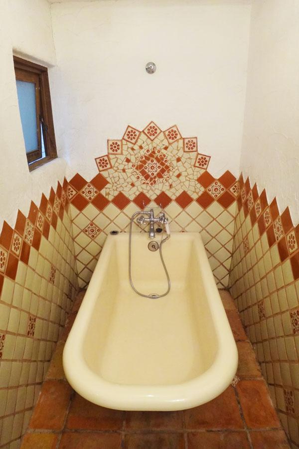 浴室はタイル張り、置き型のバスタブとのバランスが良いです