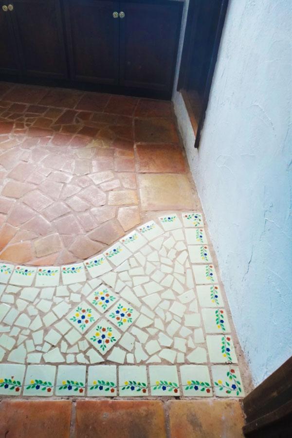 玄関はフラットで、タイルによってエリアを区別しています