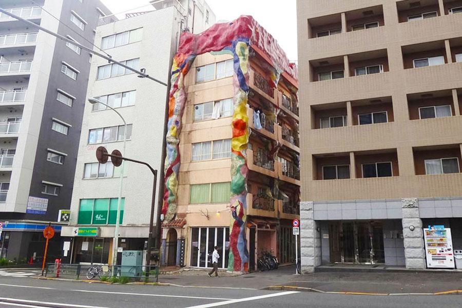大通り沿いに異彩を放っている建物です
