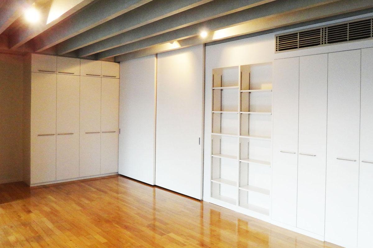 キッチンを隠すとこの感じ。壁面には収納がたくさんあります