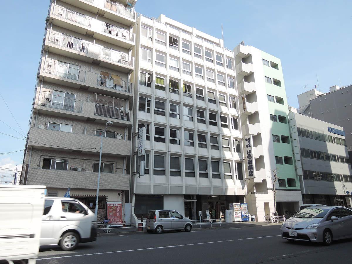 真ん中のビルの2階部分の通りの反対向きの区画です