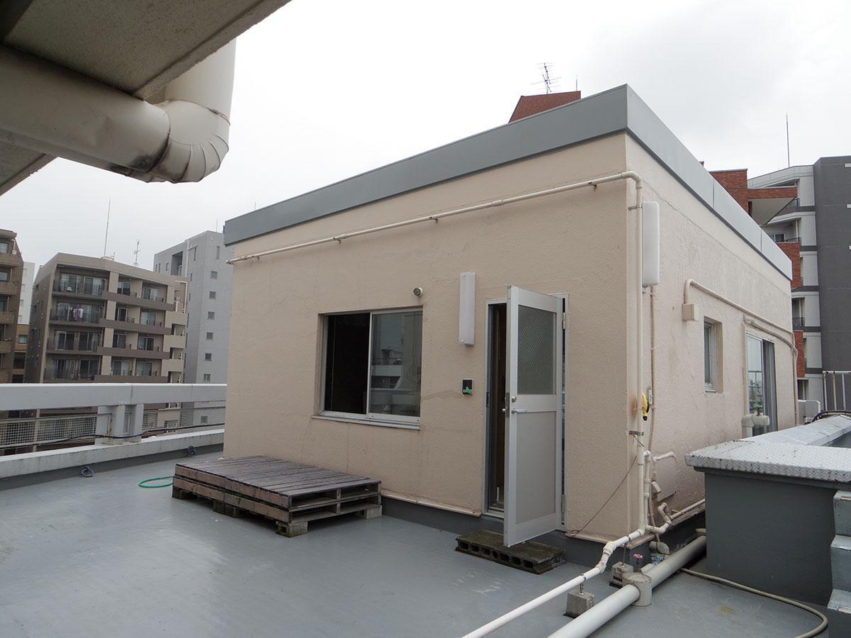屋上への扉を開けるとポツンと現れるペントハウス