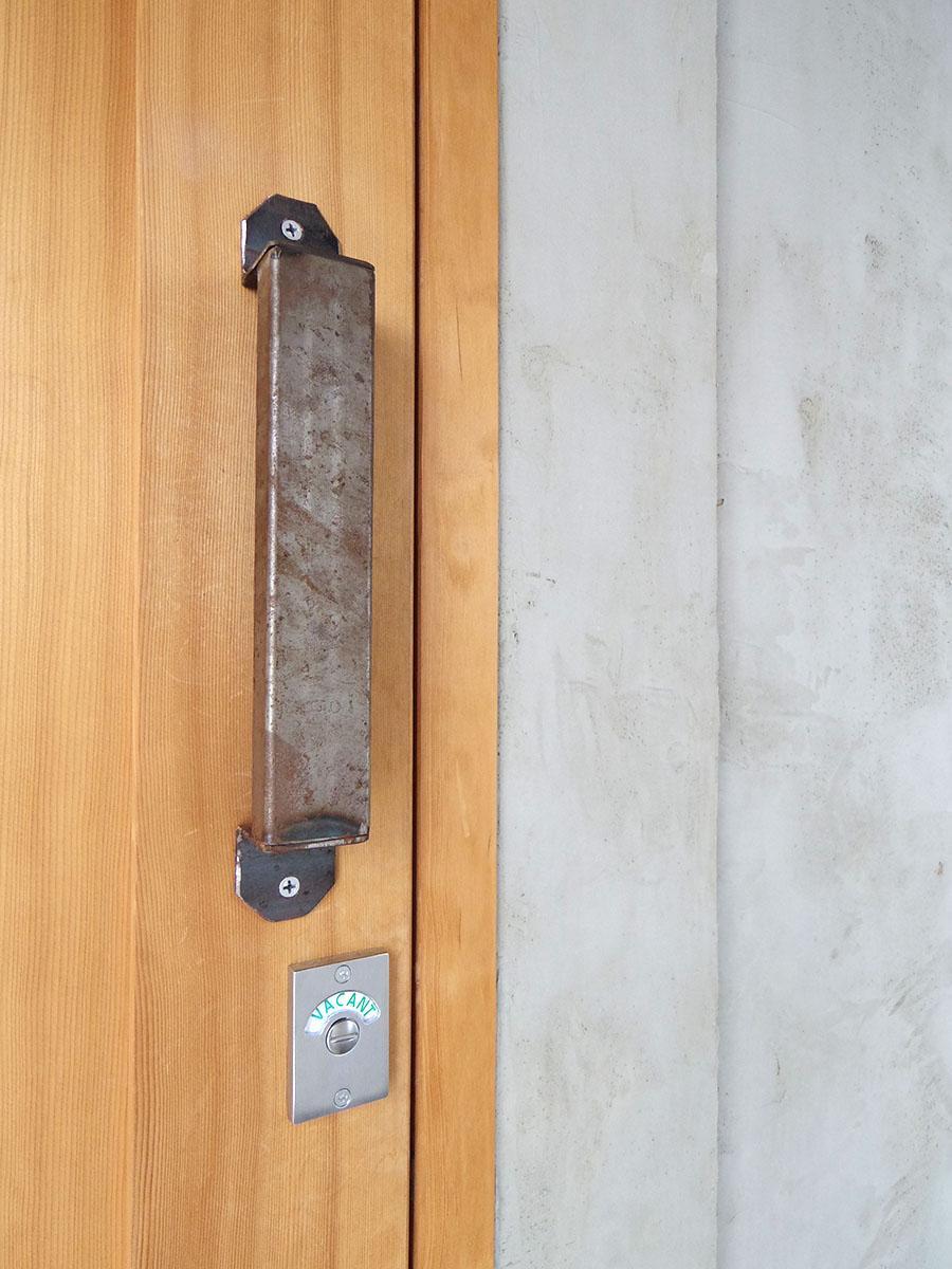 ドアの取手や鍵にもこだわってます