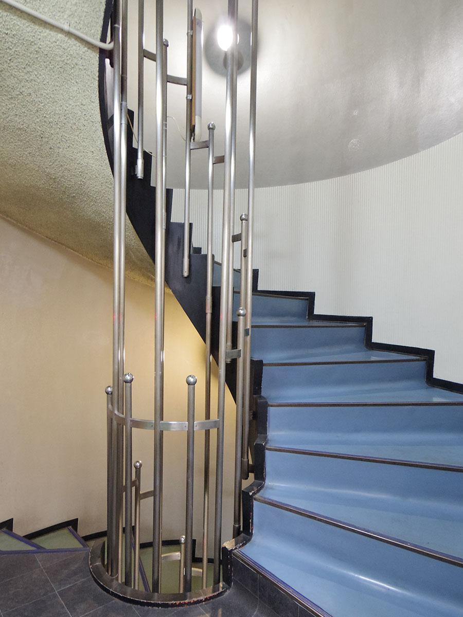 エレベーターは8階まで。屋上へはこの階段を上って