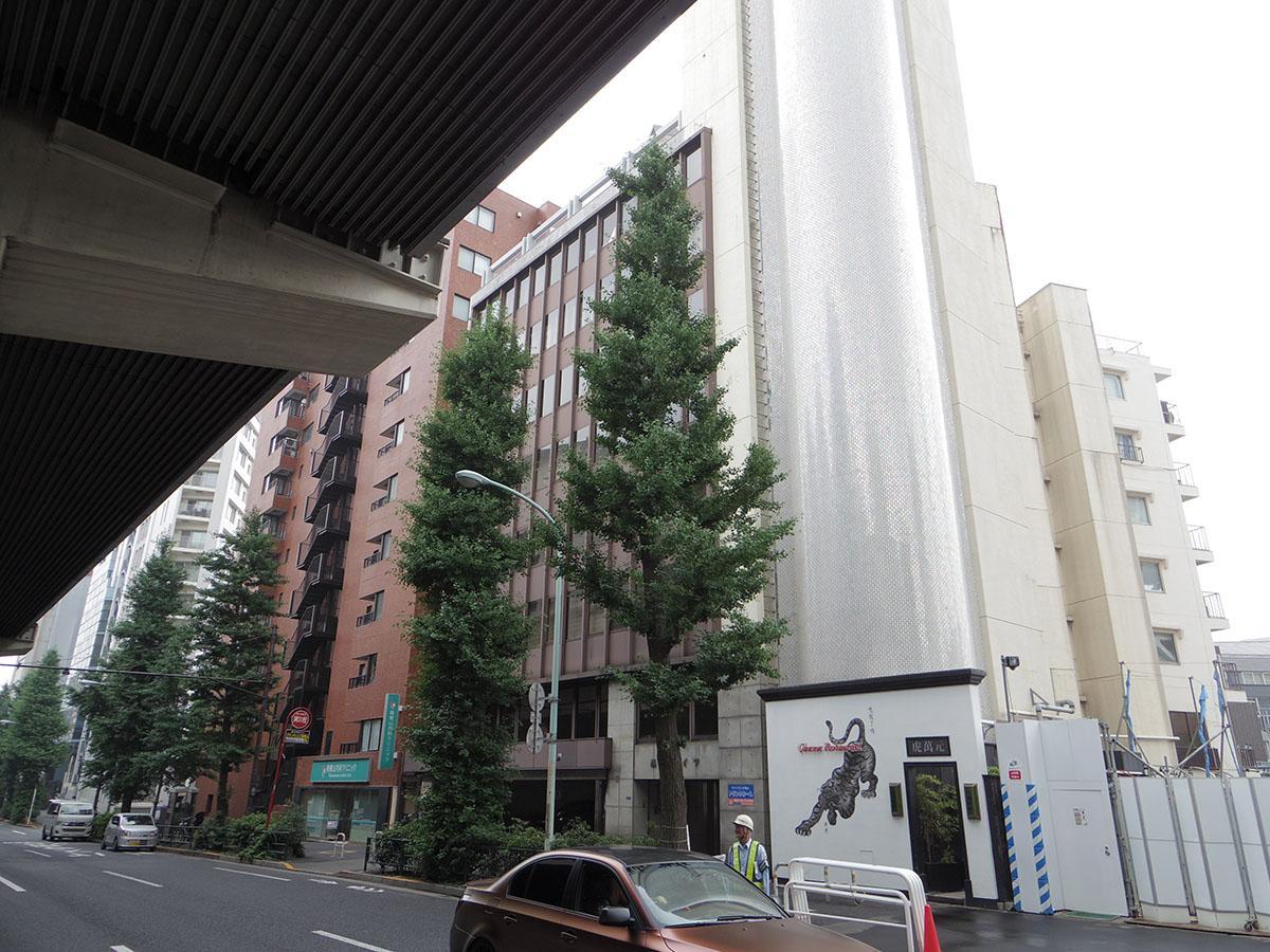 青山通り沿いのオフィスビル。屋上に秘密基地アリ