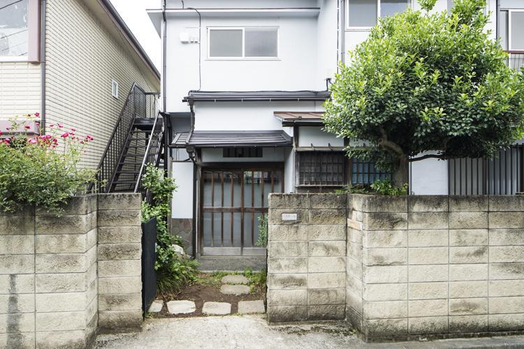 昭和を感じる塀と引き戸の玄関が渋い ©Akira Nakamura