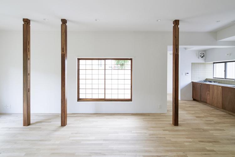木製の建具や柱など昔の面影を残しながらリノベーション ©Akira Nakamura