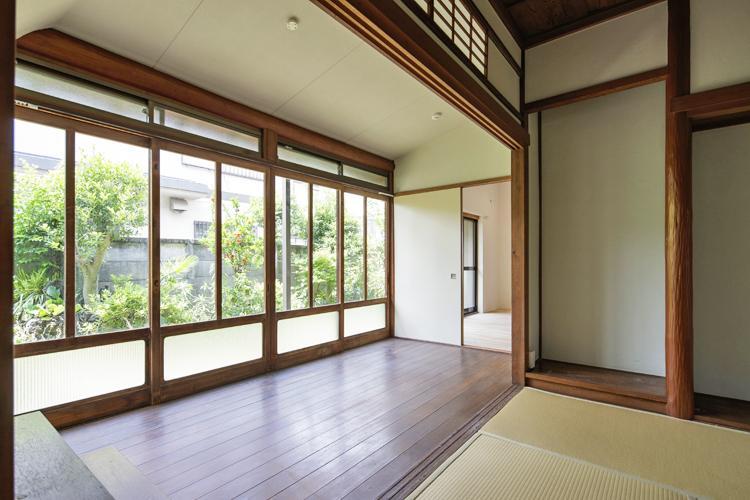 広い縁側は和室とつなげて使っても、ふすまで区画して書斎や仕事スペースとして使っても ©Akira Nakamura