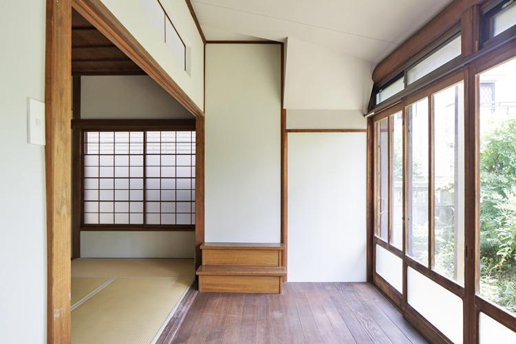 内階段の名残が2段 ©Akira Nakamura