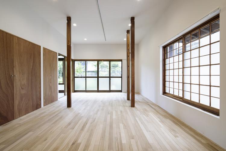 ゆったりとした広さのリビング。柱はあるものの、ダイニングテーブルやソファーは問題なく置けるかと ©Akira Nakamura