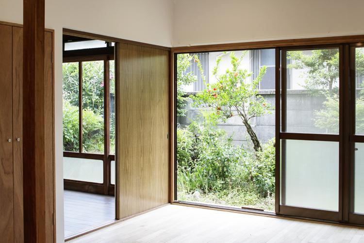 庭の緑がワイドに楽しめる窓 ©Akira Nakamura
