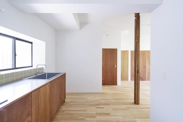キッチンの向かいには食器棚など置ける ©Akira Nakamura