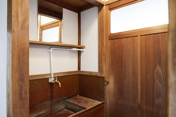 かなりレトロな手洗いは今でもちゃんと使えます ©Akira Nakamura