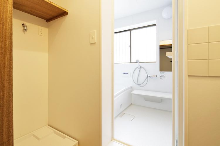 浴室は新しく交換されたきれいなもの。追いだき機能付き ©Akira Nakamura