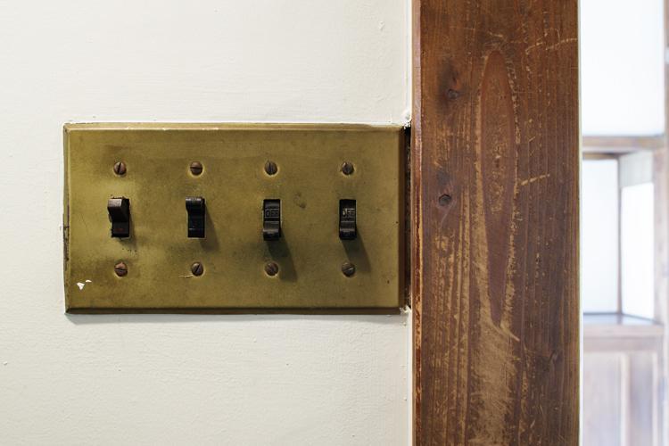 渋い色に変わったスイッチ ©Akira Nakamura