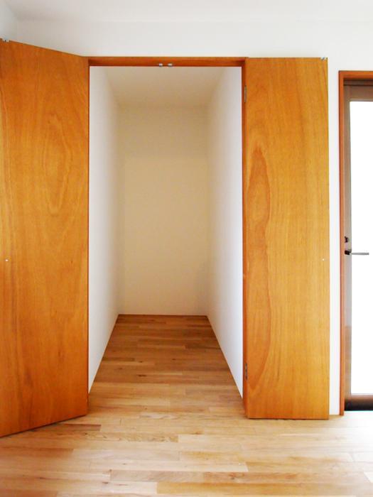 キッチン奥の収納は大きめの荷物をドカドカ詰め込める仕様