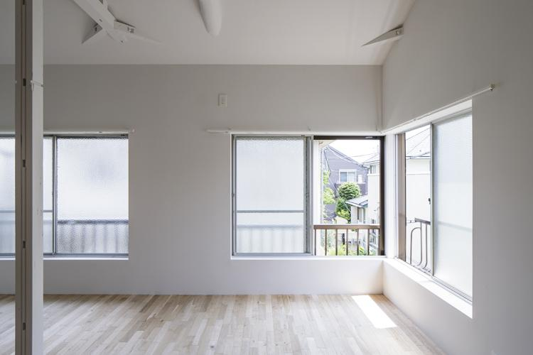 レトロな窓 ©Akira Nakamura