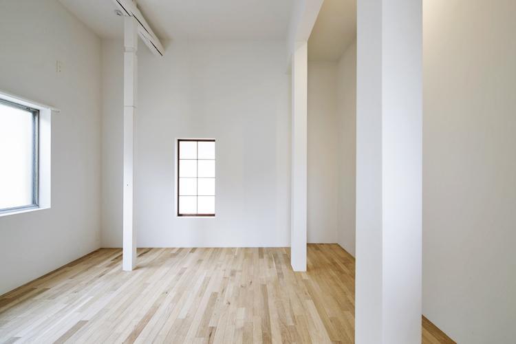 寝室の天井高も約2.8mあり気持ちいい。障子の内窓がいい感じ ©Akira Nakamura