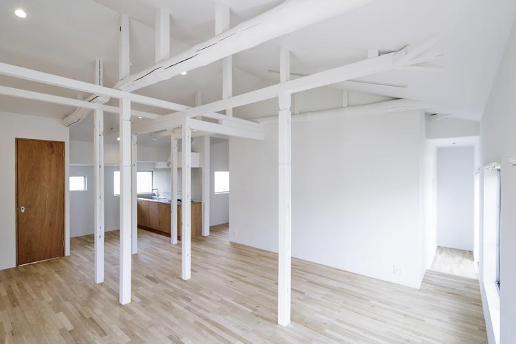 大きな白い壁はプロジェクターでホームシアターを楽しむのにもいい ©Akira Nakamura