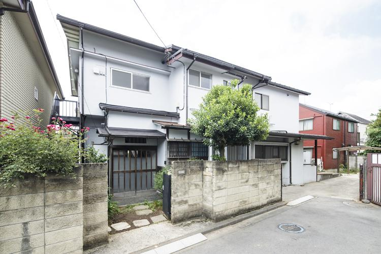 上下の2区画に分かれた集合住宅 ©Akira Nakamura
