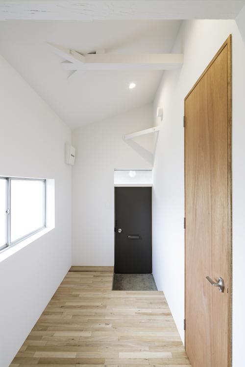 玄関脇にはぜいたくな広さのスペースが ©Akira Nakamura