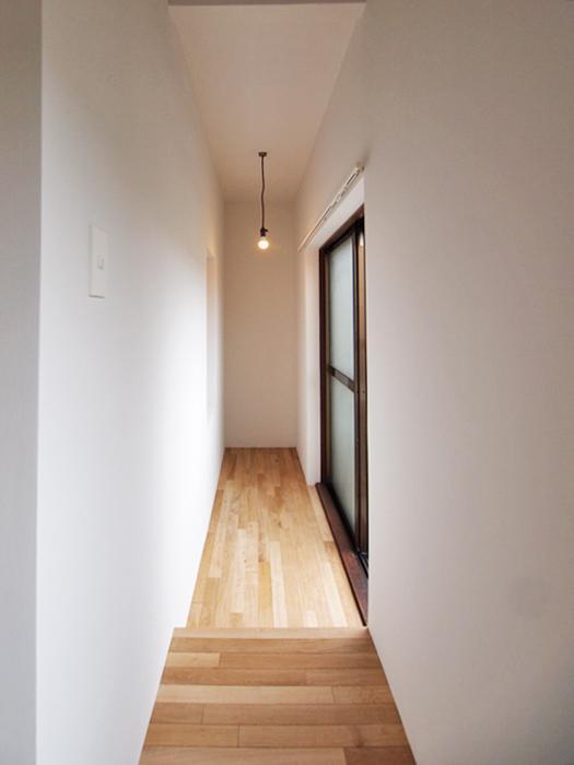 バルコニー前の細長いスペース。植物やインテリアを飾っても、室内干しスペースにしてもいい