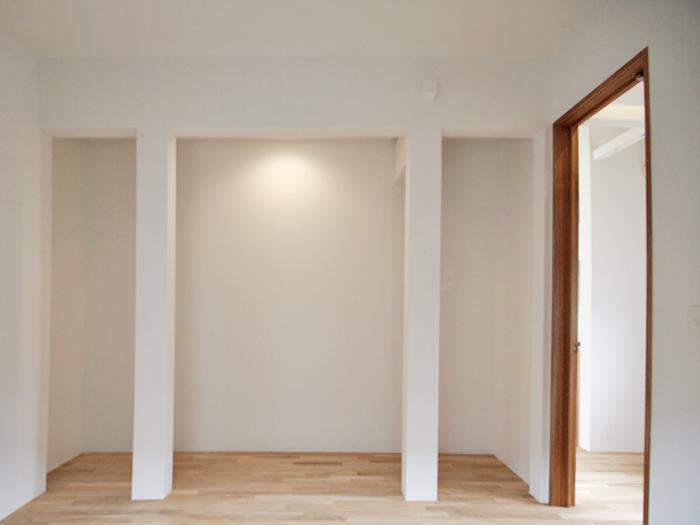 寝室。柱の奥は収納スペースとしてよさそう