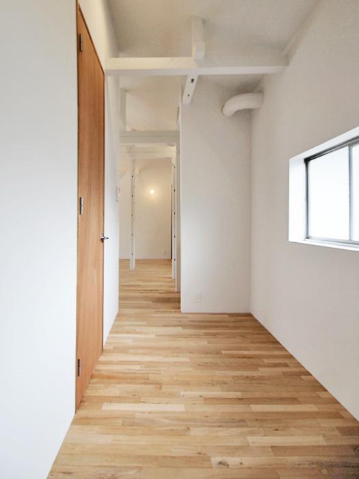 玄関。大きな棚や机椅子も置けるくらいのスペースがある