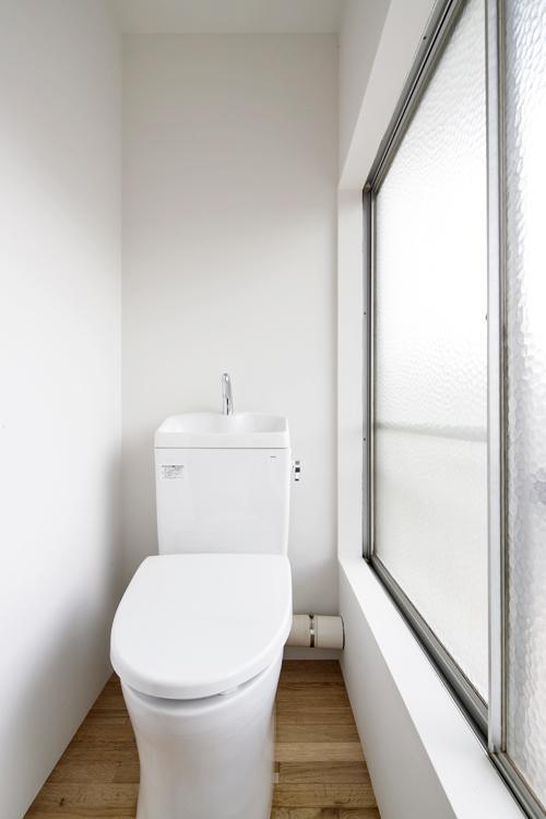 大きな窓が付いていて、明るいトイレ ©Akira Nakamura