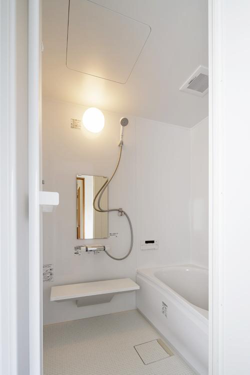 浴室は新しく交換されたきれいなもの  ©Akira Nakamura