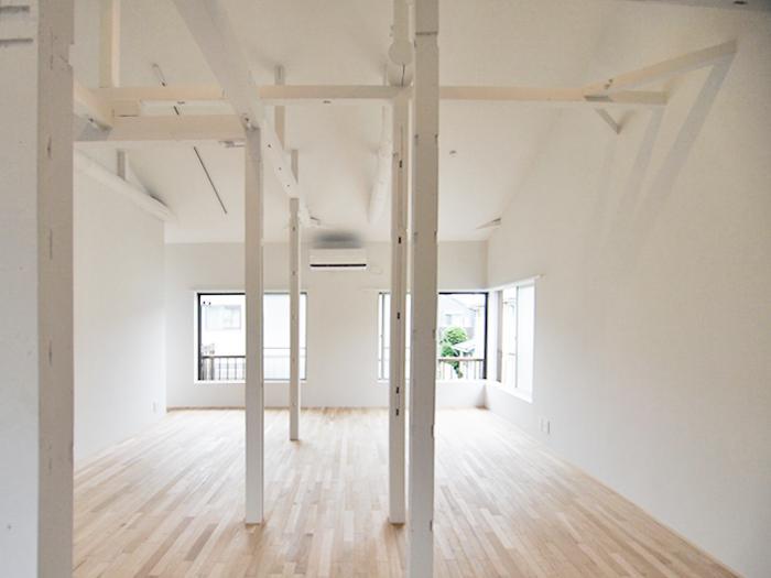 無垢フローリングが引き立つ真っ白な空間。窓際にダイニングテーブル、壁際にソファを置くのはいかがでしょうか?