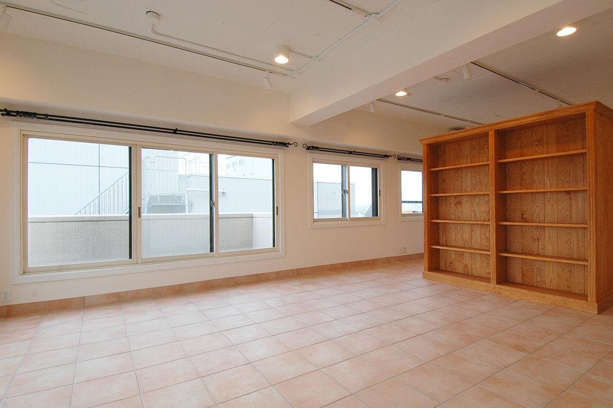 天井は抜かれてコンクリートむきだし、壁面はしっくい仕上げ