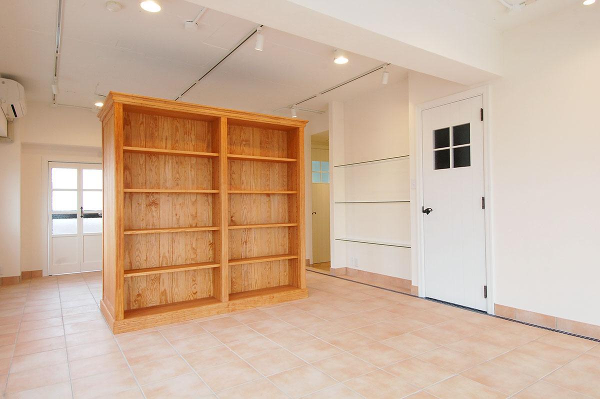開放的な素材をいかすべく、あえて部屋はワンルームに。特注の棚で空間をゆるく間仕切り