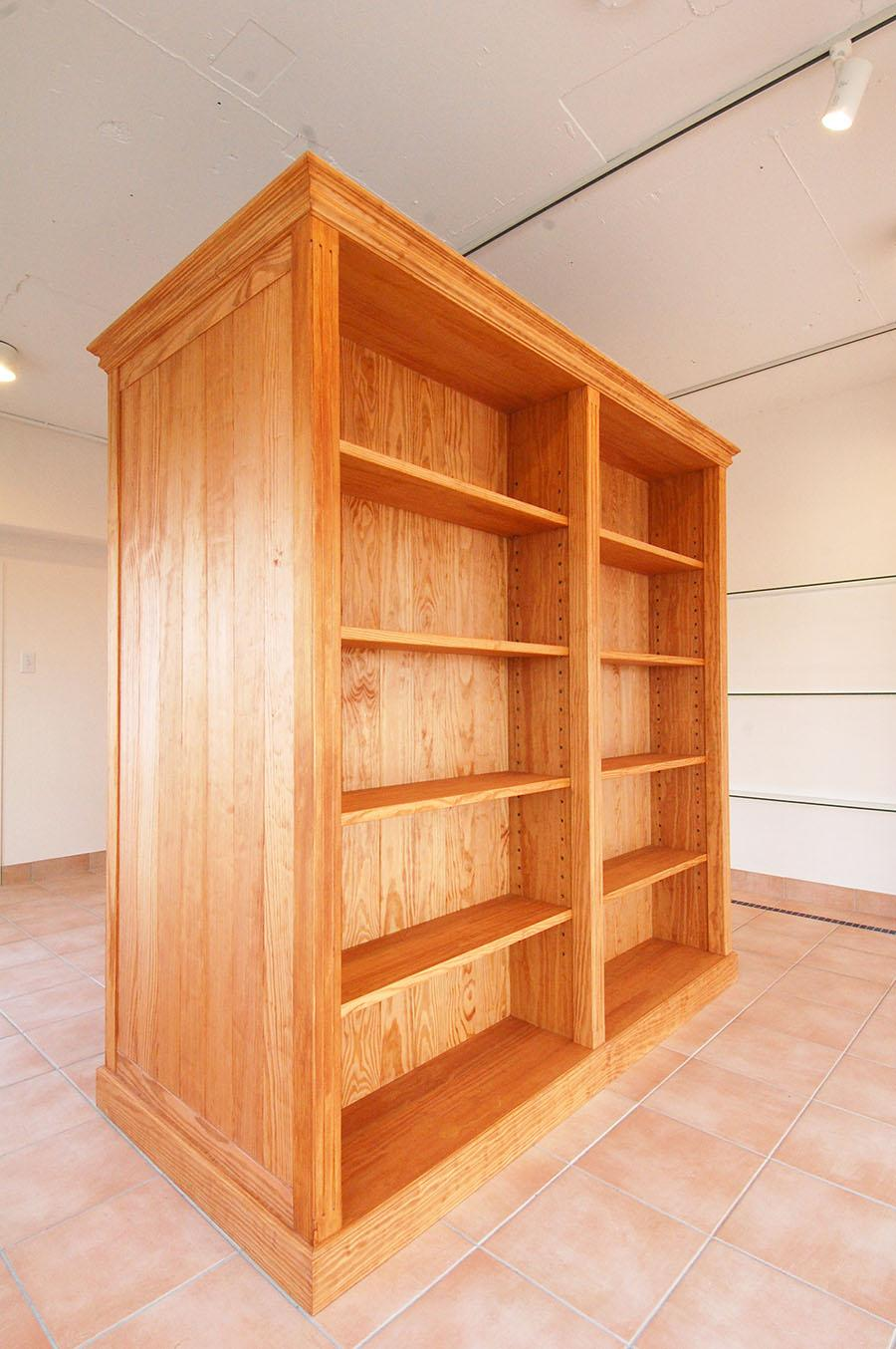 特注の棚は既製のものにはない雰囲気があっていい感じ