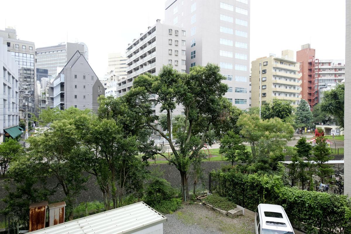 西側には、タコ公園と渋谷川が広がります