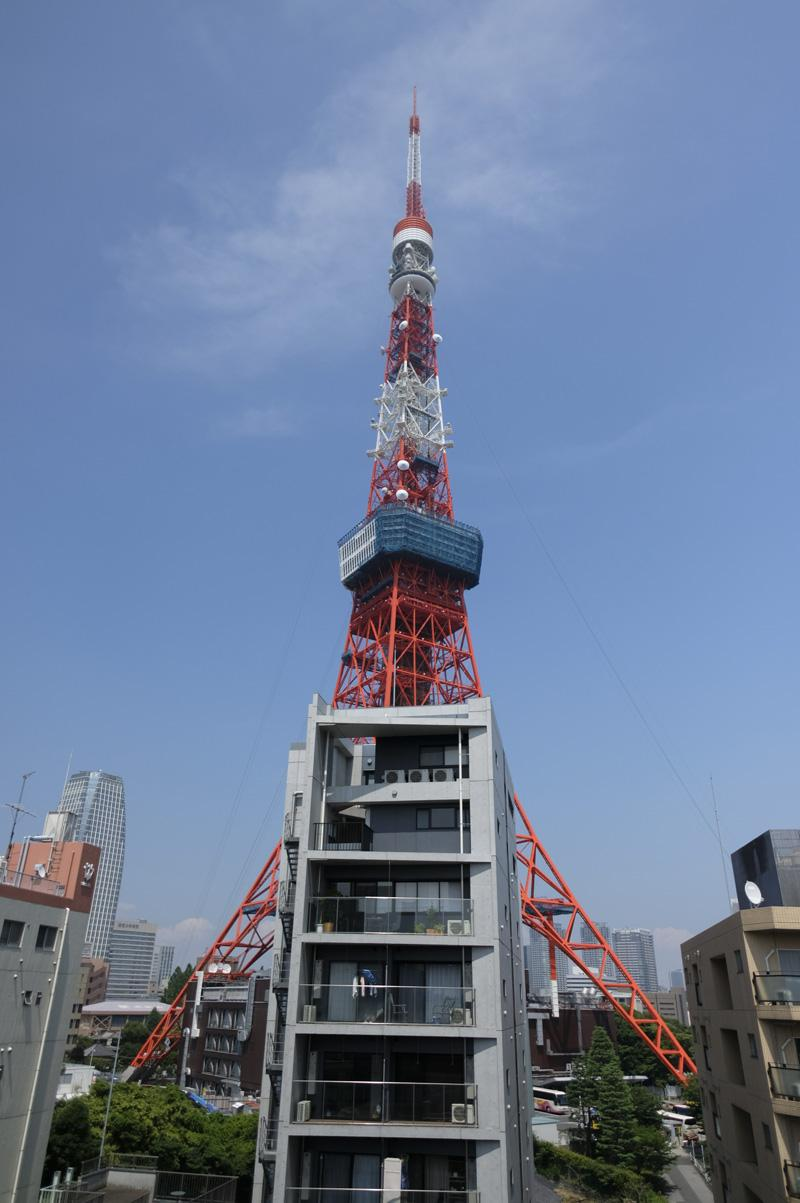 1004:窓から東京タワーを見上げる