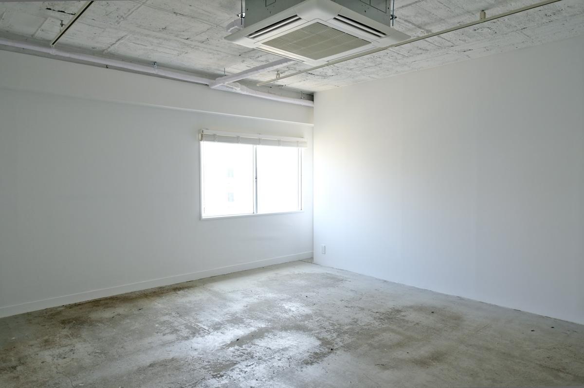 1005:小さな窓がありますが、建設中のビルが建つと自然光は恐らく入らなくなります