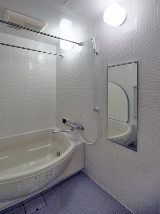 大きめの浴槽のお風呂。追いだき機能と浴室乾燥機能がついている