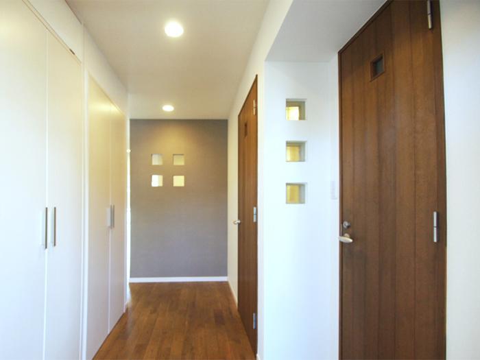 木の扉や四角にくり抜かれた小窓がほっこりするデザイン。左手にある収納もなかなかの容量