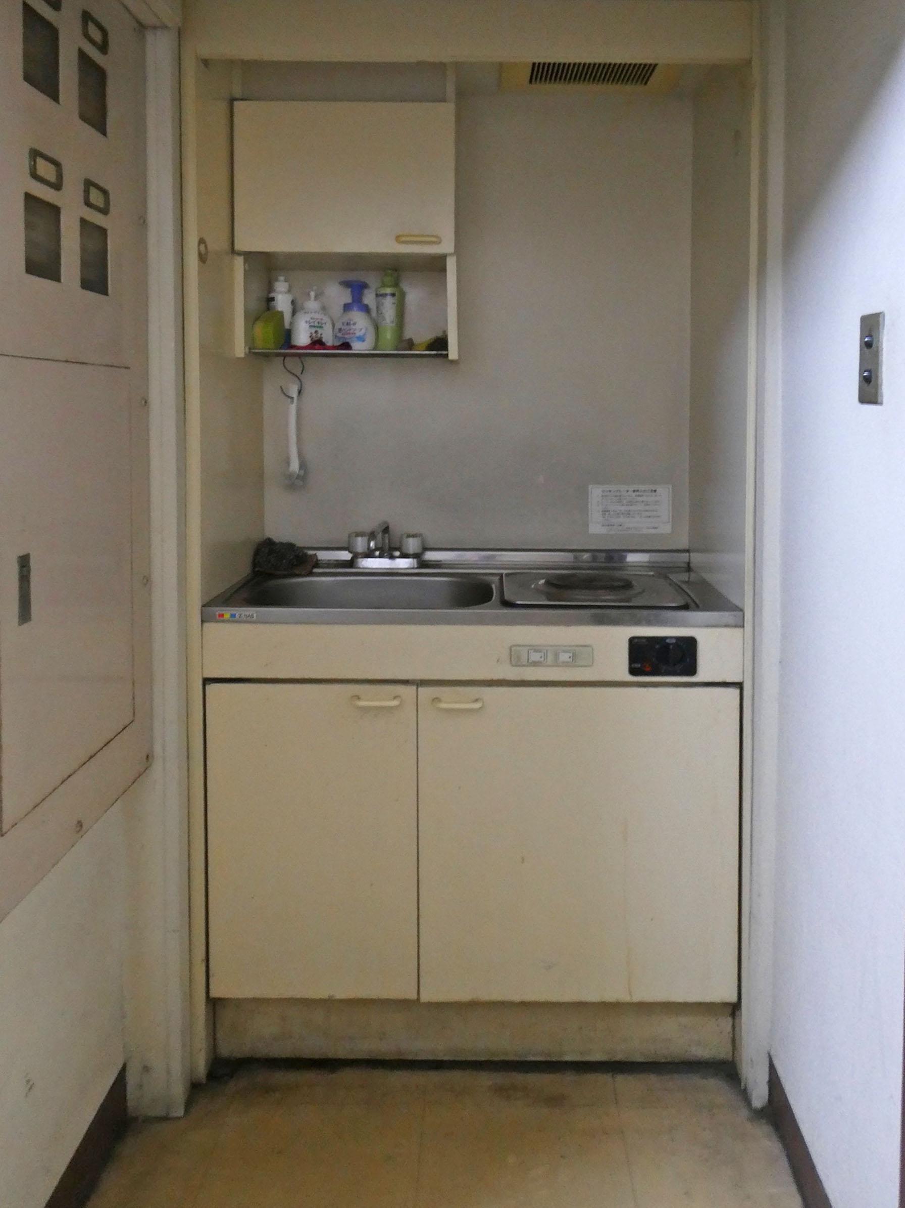コンパクトな給湯室。右側はヒーターです