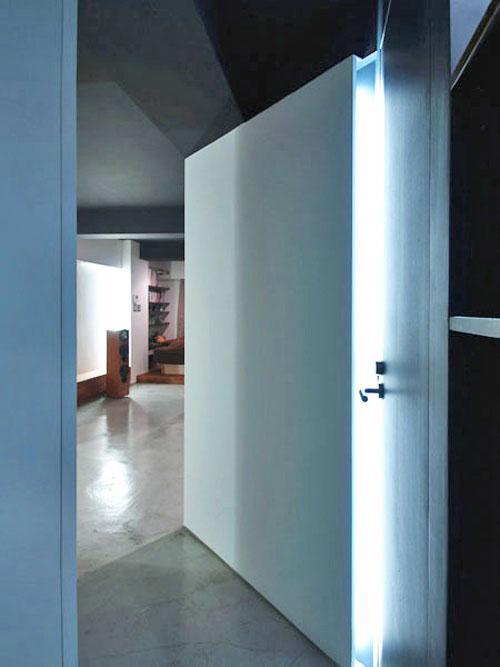 玄関を抜けると右手に浴室、正面にリビング、左手にウォークインクローゼットとなっている