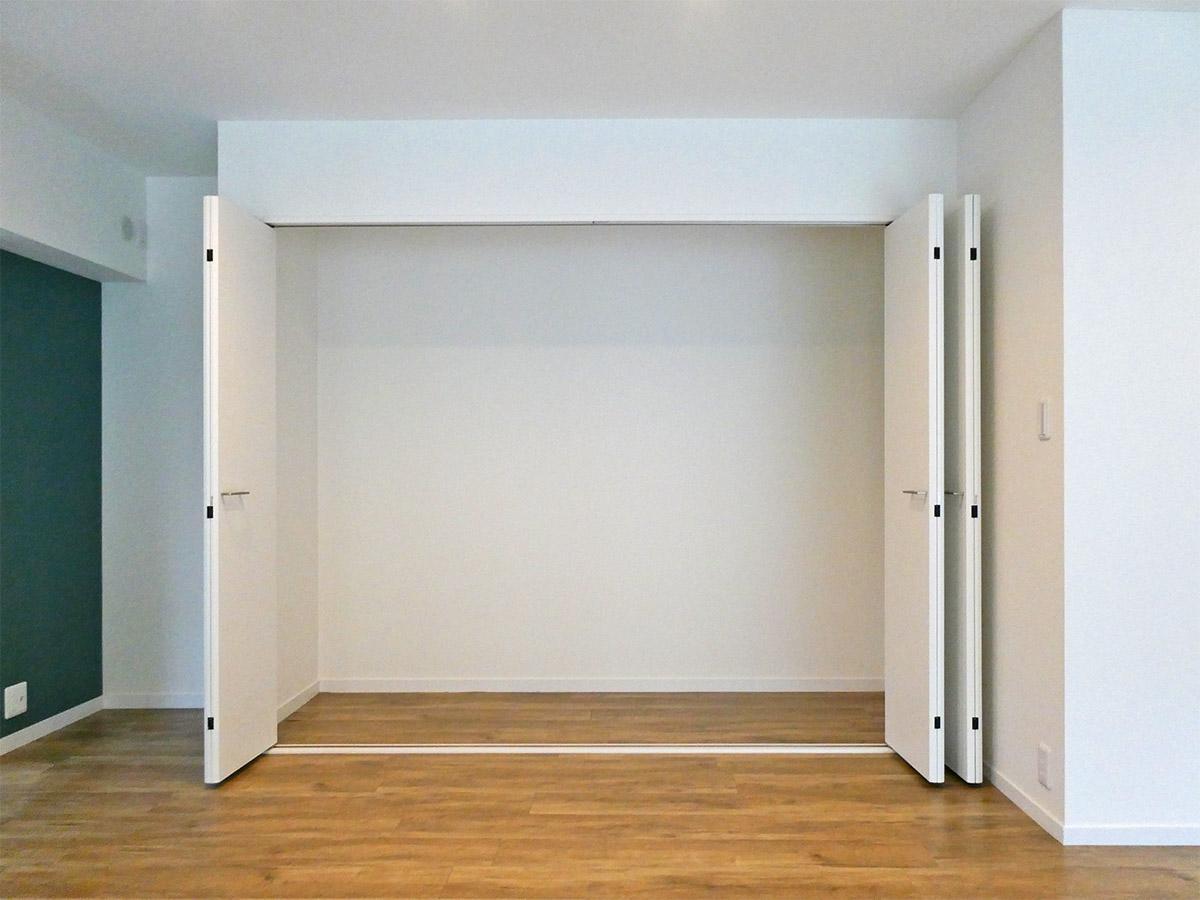 キッチン横の収納スペース。奥行きも十分