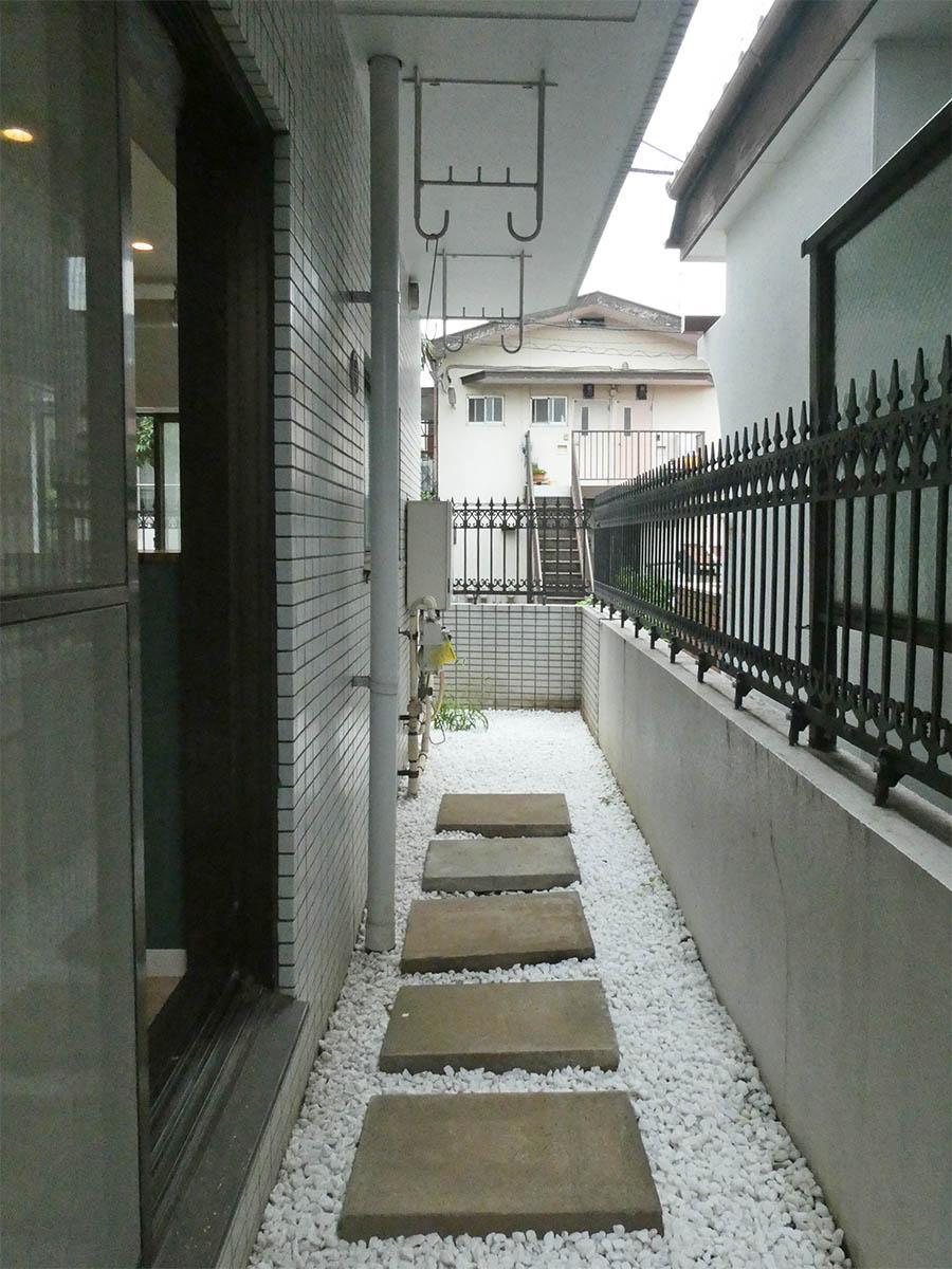 庭から続く物干しスペース。通りから洗濯物が見えないのはうれしいポイント