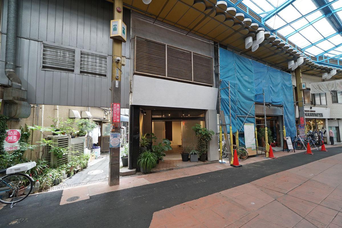 お隣の修繕中のネットを被っている建物の1階がカフェ、3階がサイクルジム